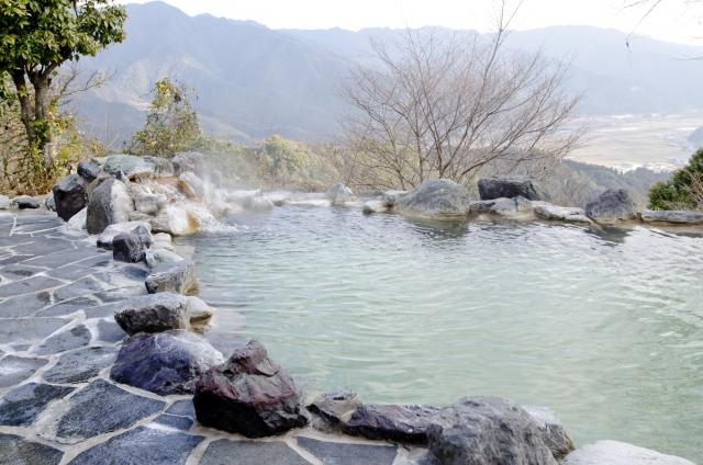 温泉旅行を贈りたい!ギフトカタログと旅行券の違いを教えて