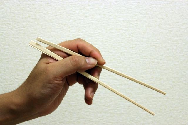 箸の持ち方は矯正するべき?左利きから直す理由とメリット