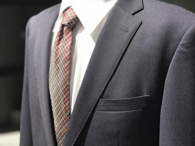 ビジネススーツの下にセーターを着用!これってマナー違反?