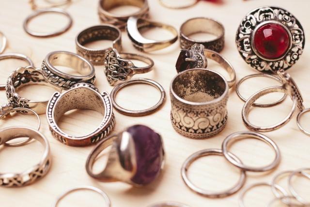 社会人の婚約指輪はマナー違反?注意すべきポイントとは?