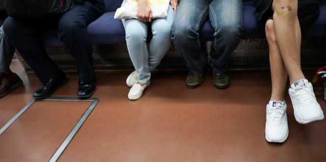 こんな行為は避けたい!電車でよく見かけるマナー悪い女性!
