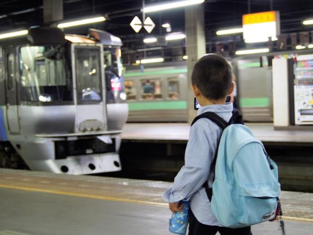電車にリュックを背負ったまま乗車するのはマナー違反なの?