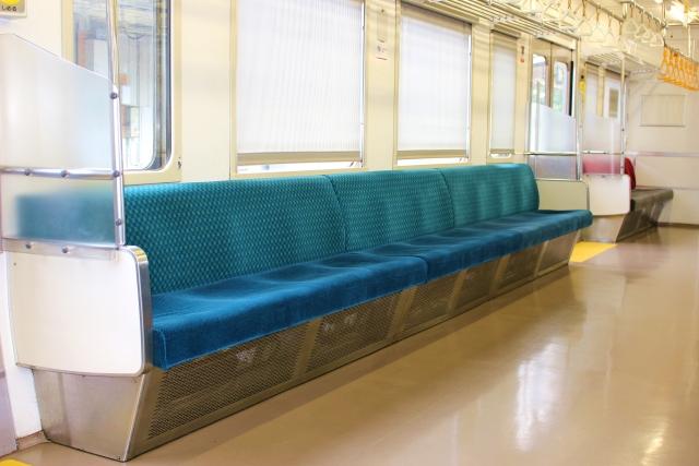 電車の座席で多い迷惑行為とは?マナー違反にならないために