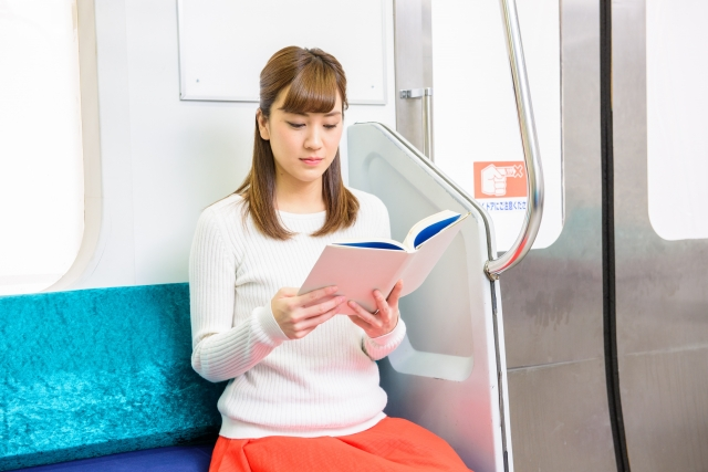 電車内で読書をするのはマナー違反?電車で必要なマナーとは