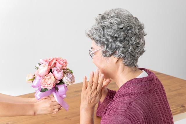 喜ばれる誕生日プレゼント特集!70代の母には何を贈る?