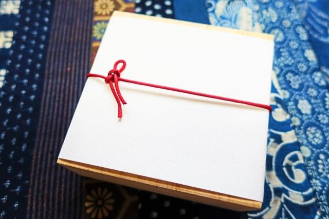 結婚式の引き出物は両親や兄弟に贈るべき?引き出物のマナー