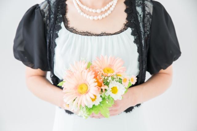 結婚式の披露宴に着ていく服装の注意点とは?【女性編】